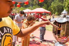 Under det kinesiska nya året för beröm i den kinesiska templet Royaltyfria Foton