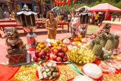 Under det kinesiska nya året för beröm i den kinesiska templet Royaltyfri Fotografi