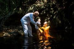 Under dopet - kristen sakrament av andlig födelse Arkivbild