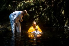 Under dopet - kristen sakrament av andlig födelse Arkivfoton