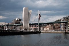 Under en bro i Bilbao royaltyfri fotografi