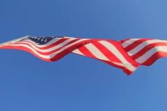 Under en Förenta staternaflagga Royaltyfria Foton