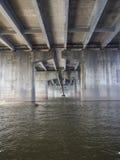Under en stor bro på en sommardag Arkivfoto