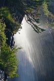 Under en vattenfall i glaciärnationalpark Arkivbild
