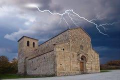 under för kyrklig sky för antikvitet stormigt royaltyfri fotografi