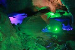 Under jordningen är grottan Arkivfoto