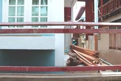 Under konstruktionshus med det Wood staketet Arkivbilder