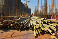Under konstruktionsplats i konstruktionen av stor byggnad Royaltyfri Bild