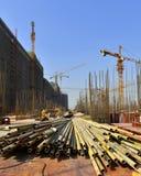 Under konstruktionsplats i konstruktionen av stora byggnader Arkivbilder