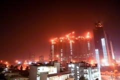 Under konstruktionsskyskrapaskott på natten i gurgaon arkivbild