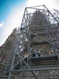 Under konstruktionstemplet av Dawn Wat Arun Bangkok, Thailand Royaltyfri Fotografi