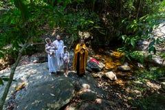 Under kristen sakrament av andlig födelse - dop Arkivbilder
