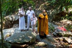 Under kristen sakrament av andlig födelse - dop Arkivfoto