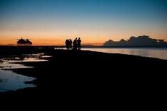 Under månskenet av den kinesiska Qinghai sjön Qinghai sjö av natten under turisterna Arkivbilder
