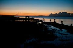 Under månskenet av den kinesiska Qinghai sjön Qinghai sjö av natten under turisterna Fotografering för Bildbyråer
