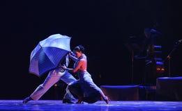 Under paraply-identiteten av dentango dansdramat Fotografering för Bildbyråer