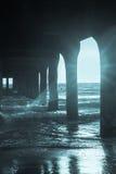 Under pir strömmar sikten till havssolen till och med strukturen på Manhatta royaltyfria bilder