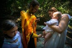 Under ritualdopimmersionen i vatten - den första och mest viktiga kristna gåtan, sakrament av andlig födelse Fotografering för Bildbyråer