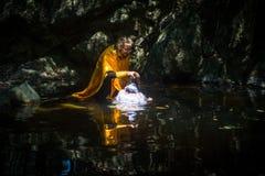 Under ritualdopimmersionen i vatten - den första och mest viktiga kristna sakramentet Royaltyfria Foton