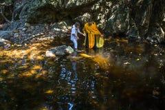 Under ritualdopimmersionen i vatten - den första och mest viktiga kristna sakramentet Royaltyfri Bild