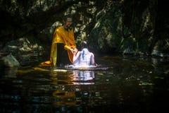 Under ritualdopimmersionen i vatten - den första och mest viktiga kristna sakramentet Arkivfoton