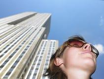 under skyskrapakvinnabarn Royaltyfri Bild