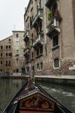 Under terrasserna av Venedig med en gondol Arkivfoto