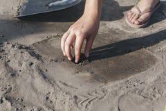 Under utgrävningarna grundar arkeologen något royaltyfria bilder