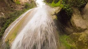 Under vattenfallet av Neda i Peloponnese Grekland En härlig touristic destination lager videofilmer