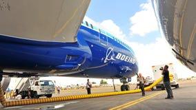Under vingen av den nya Boeing 787 Dreamliner under massmediaförtittdröm turnera på Singapore Airshow 2012 Royaltyfria Bilder