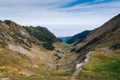 Underbar bergsikt bergspolningsväg med många vänd i höstdag Transfagarasan huvudväg, den mest härliga vägen in royaltyfria bilder