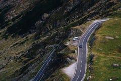 Underbar bergsikt bergspolningsväg med många vänd i höstdag Transfagarasan huvudväg, den mest härliga vägen in arkivbild