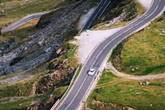 Underbar bergsikt bergspolningsväg med många vänd i höstdag Transfagarasan huvudväg, den mest härliga vägen in royaltyfria foton