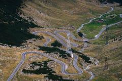 Underbar bergsikt bergspolningsväg med många vänd i höstdag Transfagarasan huvudväg, den mest härliga vägen in royaltyfri bild