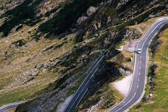 Underbar bergsikt bergspolningsväg med många vänd i höstdag Transfagarasan huvudväg, den mest härliga vägen in royaltyfri foto