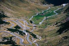 Underbar bergsikt bergspolningsväg med många vänd i höstdag Transfagarasan huvudväg, den mest härliga vägen in arkivfoto