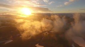 underbar bergsolnedgång Solen är glänsande i linsen av lager videofilmer