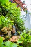Underbar blommande gräsplan parkerar med en vattenfall Arkivfoto