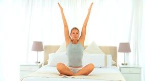 Underbar blond kvinna som gör yoga arkivfilmer