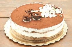 Underbar chokladkaka med kräm och vaniljsås fotografering för bildbyråer