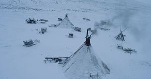 Underbar fångande video av surret uppifrån av yurts i mitt av tundran i arktisk lager videofilmer