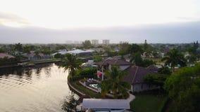 Underbar flyg- för panoramalandskap för surr 4k sikt på litet tropiskt vatten för flod för kanal för stad för lyxig semesterort d stock video