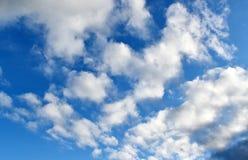 Underbar himmel med moln royaltyfria bilder