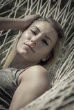 Underbar kvinna i en hängmatta Fotografering för Bildbyråer