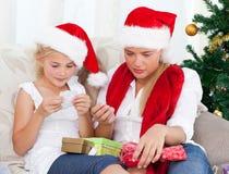 Underbar kvinna på juldag med henne dotter Arkivbild