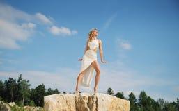 Underbar kvinna som tar sunbathen Arkivbilder