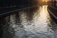 Underbar landskaptextur av den guld- solnedg?ngen p? yttersidan av floden royaltyfria foton