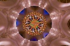 Underbar ljuskrona på den storslagna moskén Royaltyfri Bild