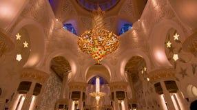 Underbar ljuskrona på den storslagna moskén Arkivfoto
