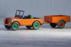 Underbar miniatyrgammal modell av retro Land Rover med släpet Royaltyfri Bild
